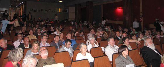 De nombreux riverains sont venus assister à l'événement en salle Jean-Dame - Photo : Julie Hammett.