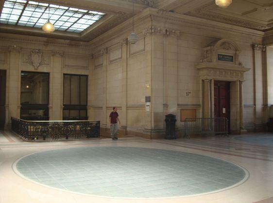 A droite : la 17e chambre correctionnelle du Tribunal de grande Instance de Paris.
