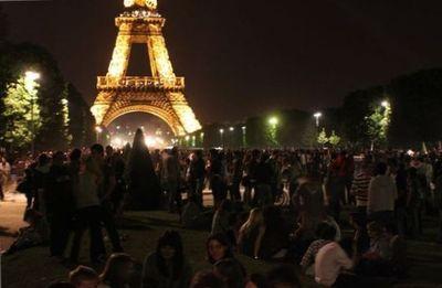 La Tour Eiffel sur le Champ de Mars, avant le feu d'artifice du 14 juillet. Photo : VD.