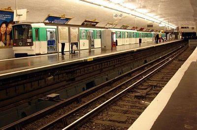(c) Métro 3 Pont de Levallois.