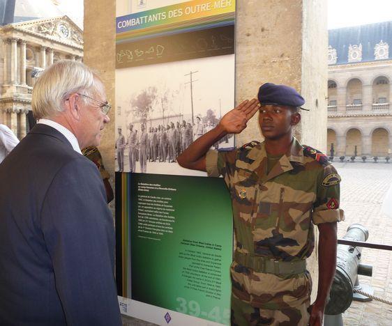 Marc Laffineur salue chaque soldat d'outre-mer présent à l'inauguration. Photo : Julie Hammett.