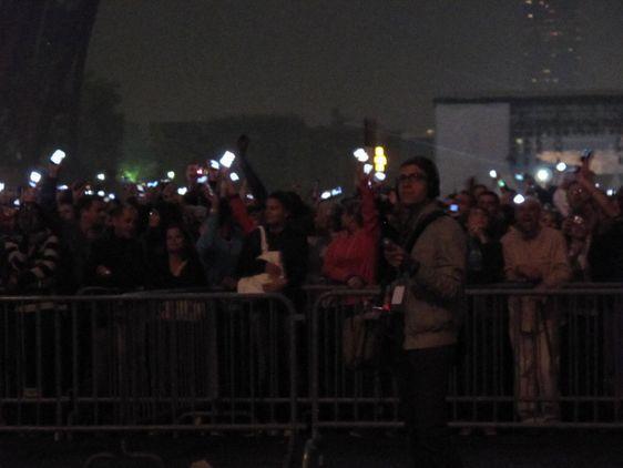 Le public est invité à participer au feu d'artifice avec les téléphones portables. Photo : Julie Hammett.