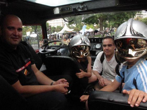 Loïc, son frère, son père et l'un des militaires pompiers de l'air. Photo : Julie Hammett.
