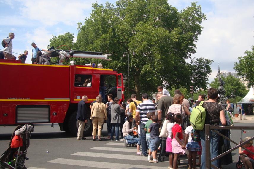 Grand succès du camion des pompiers de l'air, place de la Nation tout autour du Village du SMA. Photo : VD.