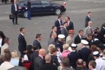 A l'issue du défilé du 14 juillet 2011, le Président de la République se rend dans les tribunes avec les familles de soldats décédés en Afghanistan. Photo : VD.
