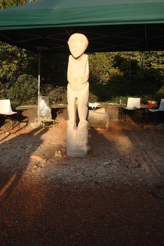 1er octobre 2011 à 18h13 : le Ti'i polynésien de 2,13 mètres de haut vient d'être levé pour la première fois - Photo : Vaea Devatine.