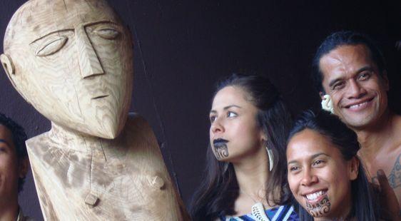 Les Maori posent avec les Tahitiens aux côté du Ti'i nommé TuFenua Atea, un nom choisi pour ses sonorités tahitienne et maorie, faisant référence à la terre, au pays - Photo : Vaea Devatine.