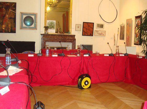Le conseil d'arrondissement a lieu dans la salle des expositions - Photo : VD.