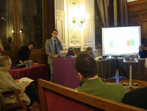 Présentation de l'Etat spécial du 4e arrondissement par le directeur général des services de la mairie du 4e arrondissement lors du conseil d'arrondissement le 7 novembre 2011 - Photo : Vaea Devatine.