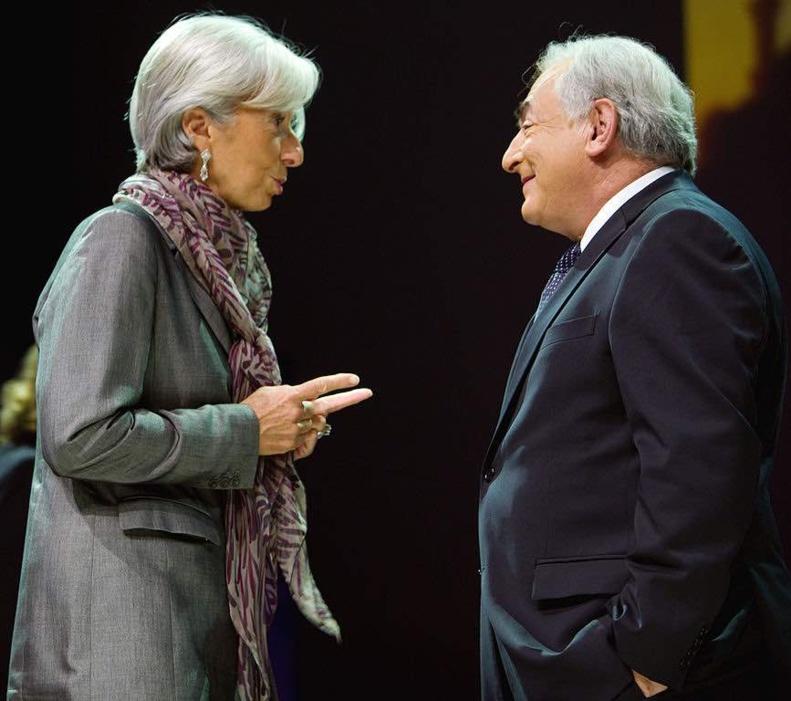 """La ministre française des Finances, Christine Lagarde s'entretient avec le directeur général du Fonds monétaire international, Dominique Strauss-Kahn, avant que Nik Gowing, de la BBC, anime en direct un """"débat mondial spécial"""" au Centre des congrès d'Istanbul - octobre 2009 © img.org Domaine public."""