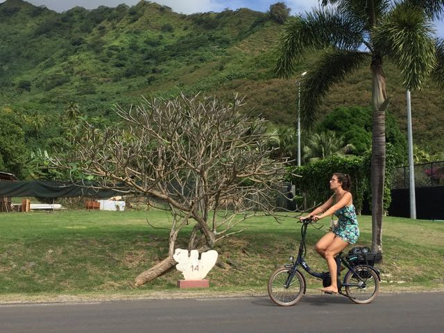 En vélo à Moorea, une île à 17 km de Tahiti © DR