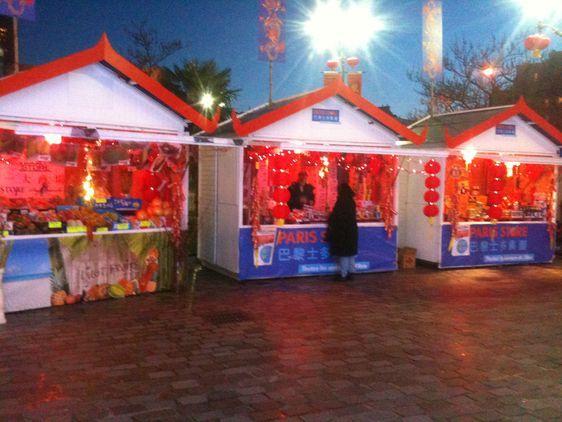 Devant la mairie, le marché du Nouvel An chinois - Photo : GB.