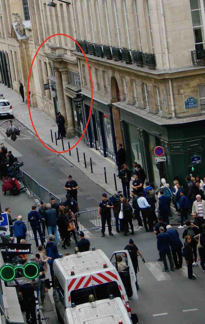 Devant le dernier domicile de Jacques Chirac dans le 6e arrondissement de Paris le jour de l'annonce de son décès le 26 septembre 2019 © PT