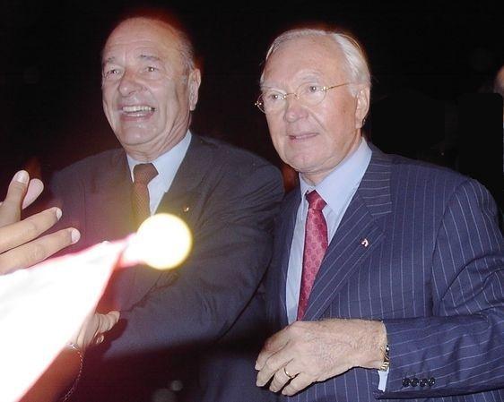 Le président de la République Jacques Chirac à son arrivée en Polynésie française est accueilli par le président du gouvernement local et sénateur UMP Gaston Flosse, pour un voyage officiel du 25 au 28 juillet 2003 © PP/PT