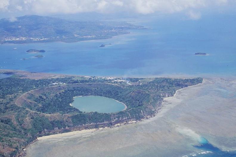 Le lac Dziani est le vestige d'un des derniers cratères volcaniques de Mayotte (éteint il y a environ 500 000 ans). C'est à son pied, à une cinquantaine de kilomètres du rivage et 3,5 km de profondeur, qu'est apparu le nouveau volcan sous-marin début 2019, responsable de nombreux séismes depuis mai 2018 © Franck Bouttemy http://www.geodiversite.net/auteur197 © CC-BY SA 3.0