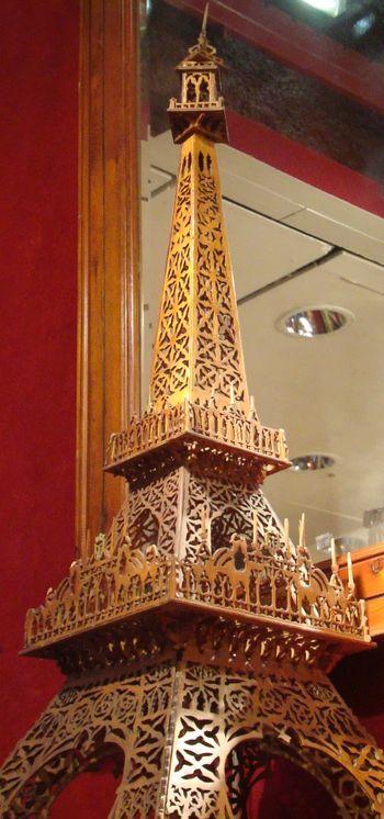 La Tour Eiffel en bois ajouré, un modèle réalisé d'après les premiers plans de Gustave Eiffel (1889)  et exposée en 1900, n'a pas trouvé acquéreur. Photo : VD.