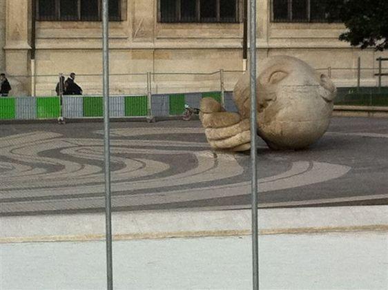 """La sculpture """" écoute """" par Henri de Miller sur l'ex-place Cassin dans le quartier des Halles - Photo : AB."""