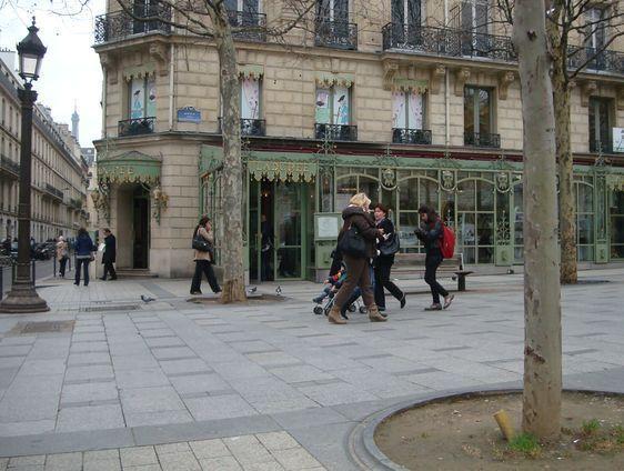 La boutique Ladurée sur les Champs-Elysées le 7 mars 2012 - Photo : VD.