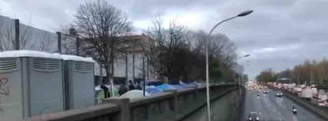 L'un des campements de migrants non évacué à la Porte d'Aubervilliers © TC/PT