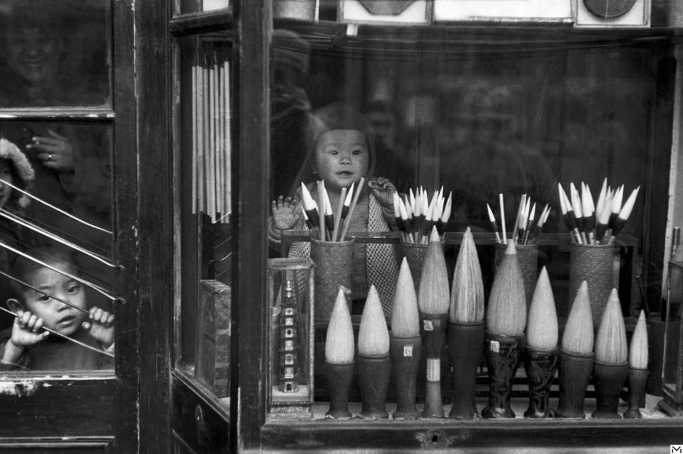 La vitrine d'un commerçant de brosses dans la rue des anciens marchands, Beijing, décembre 1948 © Fondation HCB / Magnum Photos