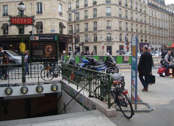 Deux-roues garées sur le trottoir en cours d'aménagement rue de Rennes - Photo : PT - octobre 2011.