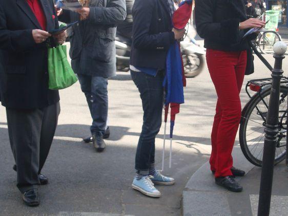 Des militants UMP nerveux dans le 3e arrondissement de Paris, sous l'oeil des militants du Parti des Libertés - Photo : VD.