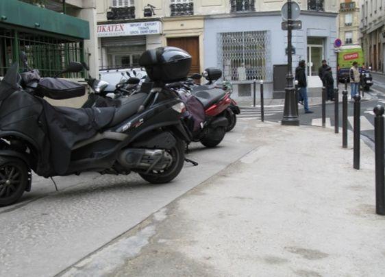 Motos sur le trottoir élargi (c) Marcel Grognard.