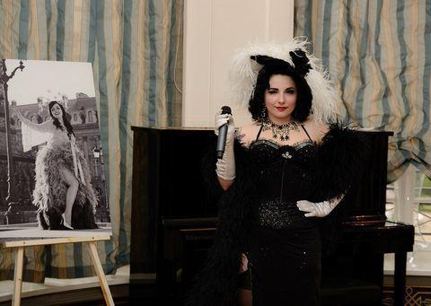 """Miss Anne Thropy, marraine du projet """"Paris, ma jolie"""" ouvre le bal avec son hommage à Mae West... crédits : Landry Noblet"""