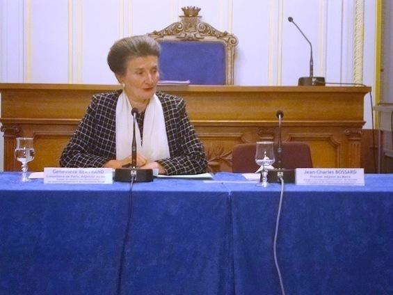 Geneviève Bertrand préside le conseil du 6e arrondissement à la place du maire, absent subitement..