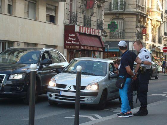Voleur présumé menotté rue Friant dans le 14e arrondissement de Paris.