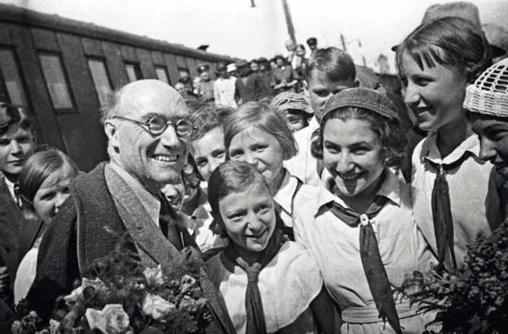 André Gide entouré de pionniers à la gare de Biélorussie à Moscou en 1936 © RGAFD - Photographe inconnu.