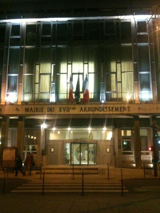 La mairie du 17e arrondissement avec au 1er étage la salle éclairée du conseil d'arrondissement - Photo : GBJ.