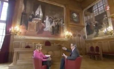 """Interview d'une durée de 6 minutes dans la salle des mariages de la mairie du 19e arrondissement : """"On est ici avec vous Frigide Barjot"""" (c) Capture d'écran France 2."""