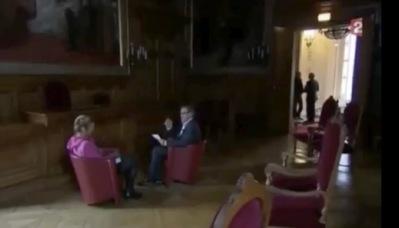 """A 4 minutes 52 secondes du début de l'interview, proche de la fin : """"On est un petit peu dans le noir"""" (c) Capture d'écran France 2."""