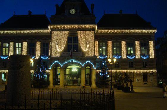 La mairie du 19e arrondissement illuminée (c) Photo Paris Tribune Archives.