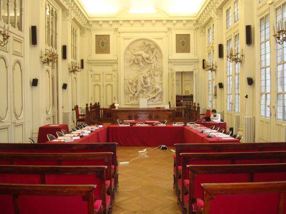 La salle des mariages réaménagée pour le conseil du 10e arrondissement.