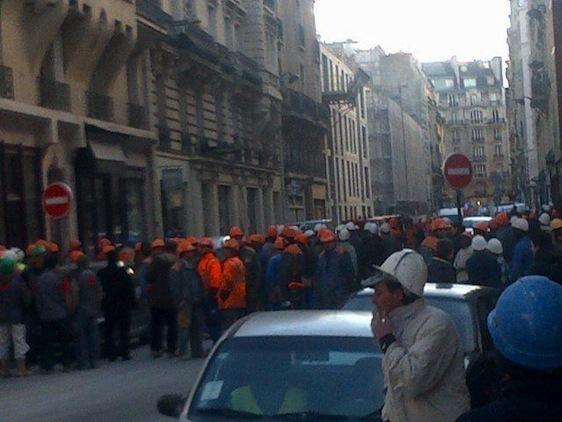Ouvriers évacués du chantier rue Vaneau le 11 décembre 2012 à 15h - Crédit photo : Guillaume Glitaunez.