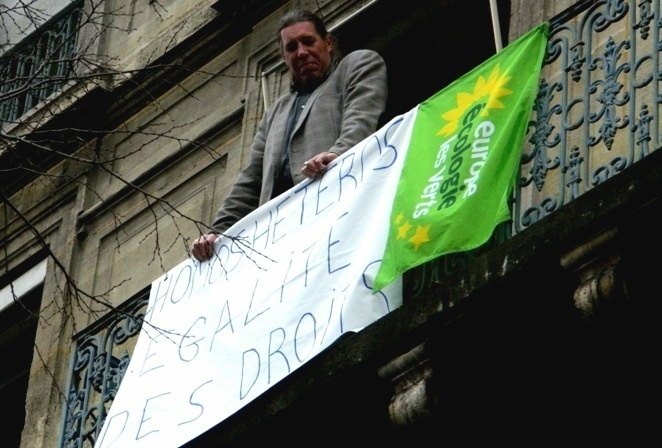 Banderole EELVA (ici avec Sylvain Garel, co-président du groupe politique membre de la majorité municipale) : la contre-participation à la manifestation du 13 janvier 2013 - Photo : DR.