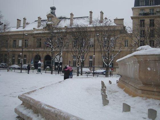 La mairie du VIe arrondissement et la Place Saint Sulpice sous la neige le 20 janvier.