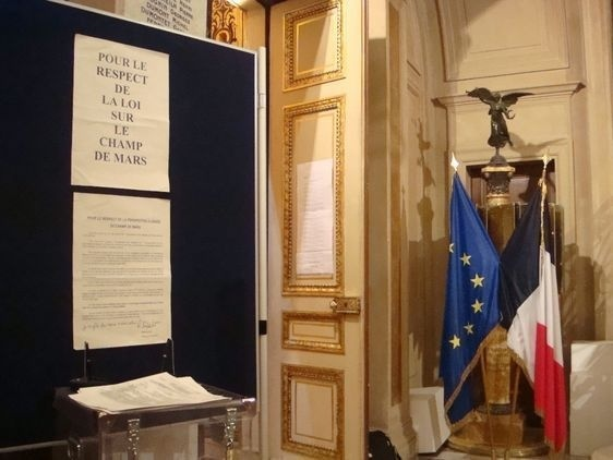 A l'entrée de la salle du conseil - Photo Archives Paris Tribune.