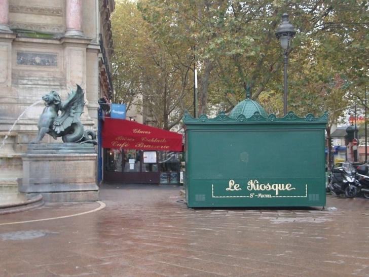 Le kiosque Saint-Michel avait été installé place Saint-Michel sans concertation populaire et avec le vote unanime du conseil du VIe arrondissement.