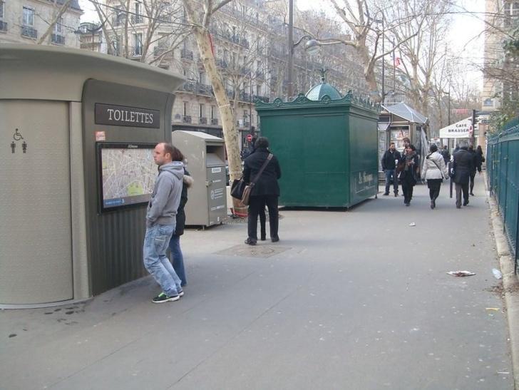 Le kiosque Saint-Michel installé dans la nuit du 19 au 20 février 2013 sur le boulevard Saint-Germain à l'angle de la rue des Saints-Pères comme l'avait annoncé le maire du VIe arrondissement fin 2012 puis début 2013 aux habitants et commerçants de la place Saint-Michel.