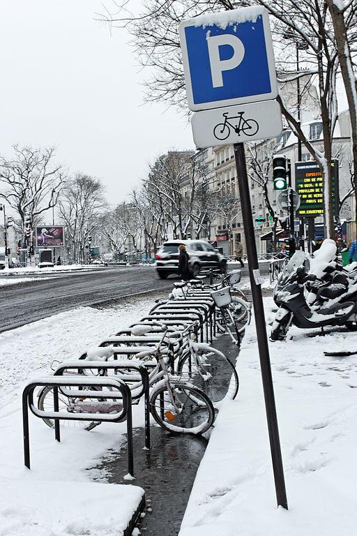 Le boulevard de Ménilmontant délimite le XIe et le XXe arrondissement. Long de 1 080 mètres, il est large de 42 mètres environ - Crédit photo : Boulevard de Ménilmontant - Arceaux à vélo sous la neige le 19 janvier 2013 / Coyau.