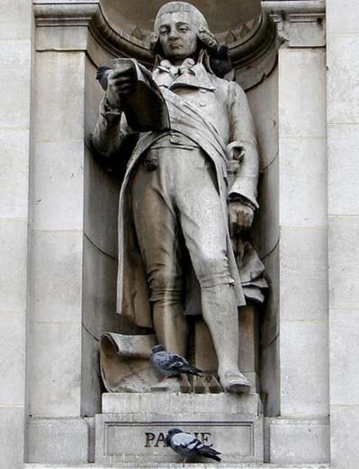 Statue de Jean-Nicolas Pache (1746 - 1823) sur la façade de l'Hôtel de Ville de Paris. Maire de Paris du 14 février 1793 au 10 mai 1794, il est confronté à une crise des denrées alimentaires, à l'augmentation des prix ainsi qu'à de nombreuses manifestations des sections parisiennes - Photo : Vassil sous licence creative commons.