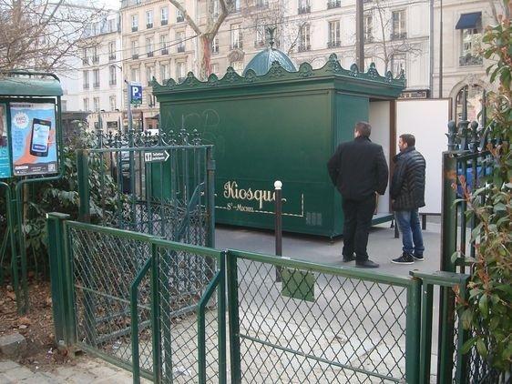 Le 20 février 2013 : Le titulaire de la convention d'occupation du domaine public à titre provisoire et l'agent ERDF le jour de l'arrivée du kiosque Saint-Michel sur le boulevard Saint-Germain