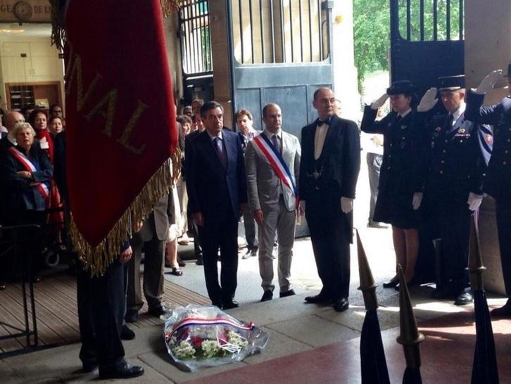 François Fillon et Romain Levy devant le monument aux morts à la mairie du VIe arrondissement, Olivier Passelecq, sur la gauche, est caché par le drapeau - Photo : CM / compte Twitter de François Fillon.