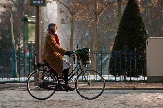 Cycliste place d'Italie à Paris en hiver - Photo : AI sous licence creative commons.