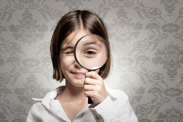 L'enfant regarde à la loupe - Photo :  Xavier Gallego Morel.
