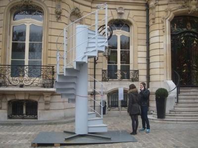 Une partie d'escalier de la Tour Eiffel aux enchères. La vacation organisée par Maîtres Briest-Poulain-F.Tajan, commissaires priseurs  associés débute à 19 heures le lundi 25 novembre 2013 au 7, Rond Point des Champs-Elysées dans le 8e arrondissement de Paris.