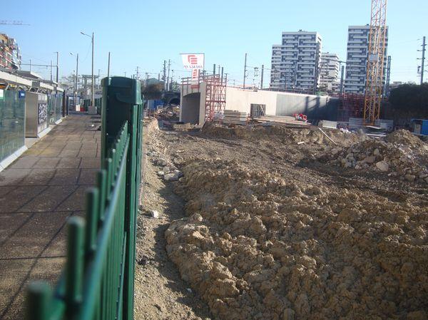 Au sud de la station Rosa Parks du Tramway T3b, du côté de la petite ceinture et de la future gare Rosa Parks sur la ligne du RER E - Crédit : PT.